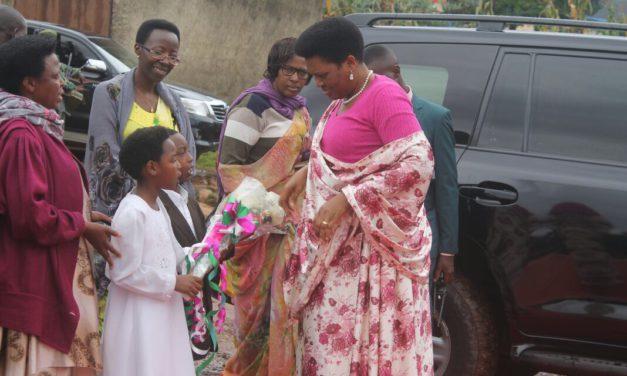 SE Denise Nkurunziza rencontre quelques bénéficiaires de la Fondation Buntu