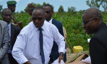 S.E Gaston Sindimwo rend visite aux sinistrés de Buterere