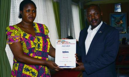 Le Président Pierre Nkurunziza reçoit le Prix « The Newcomer Award-Africa » décerné au Burundi lors d'une Foire Internationale organisée à Moscow en Russie