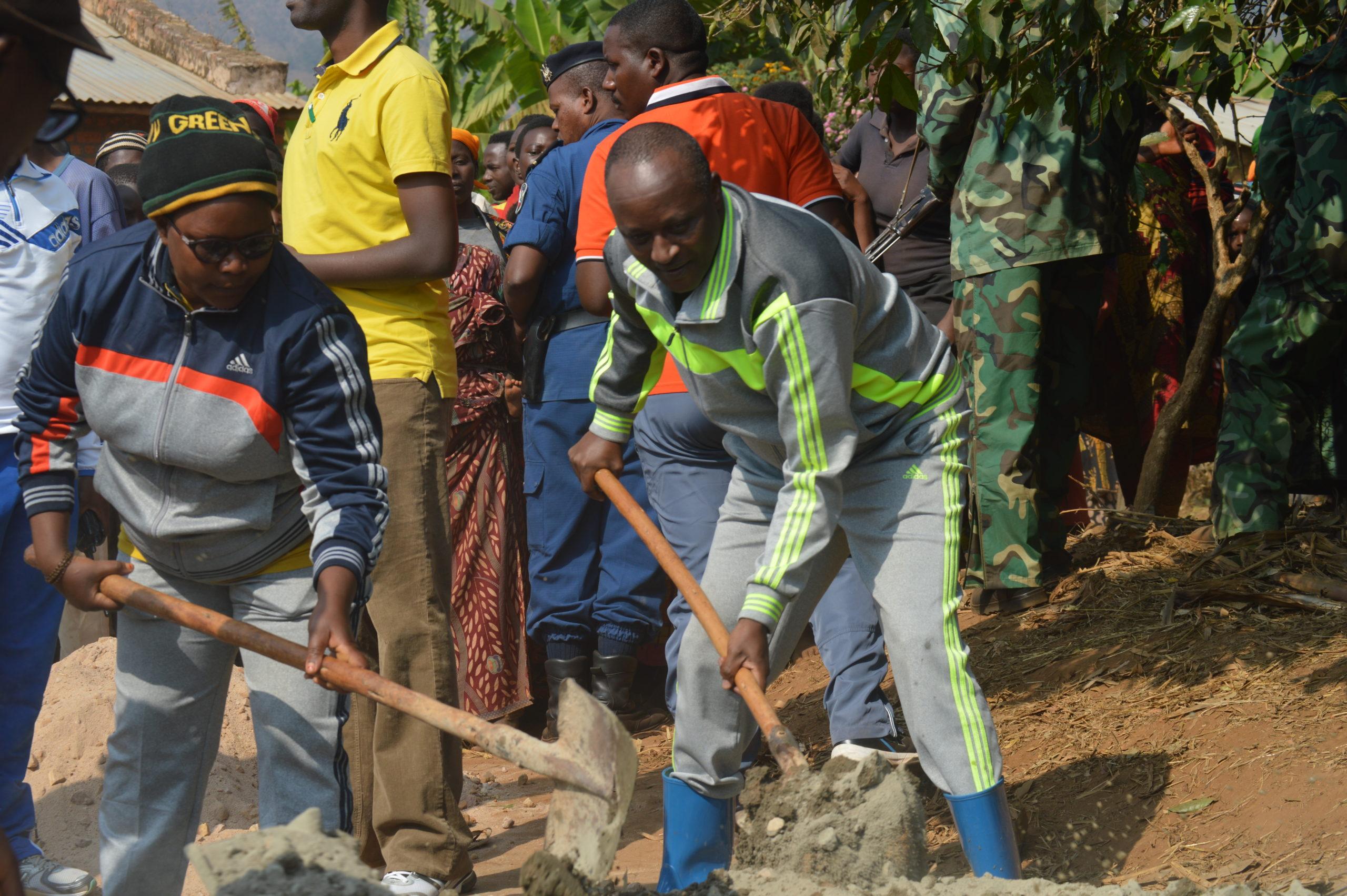 Son Excellence le Premier Vice-Président de la République dans les travaux de développement communautaire en commune Bukirasazi