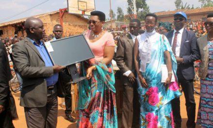 La Première Dame Denise Nkurunziza a remis officiellement les équipements aux jeunes