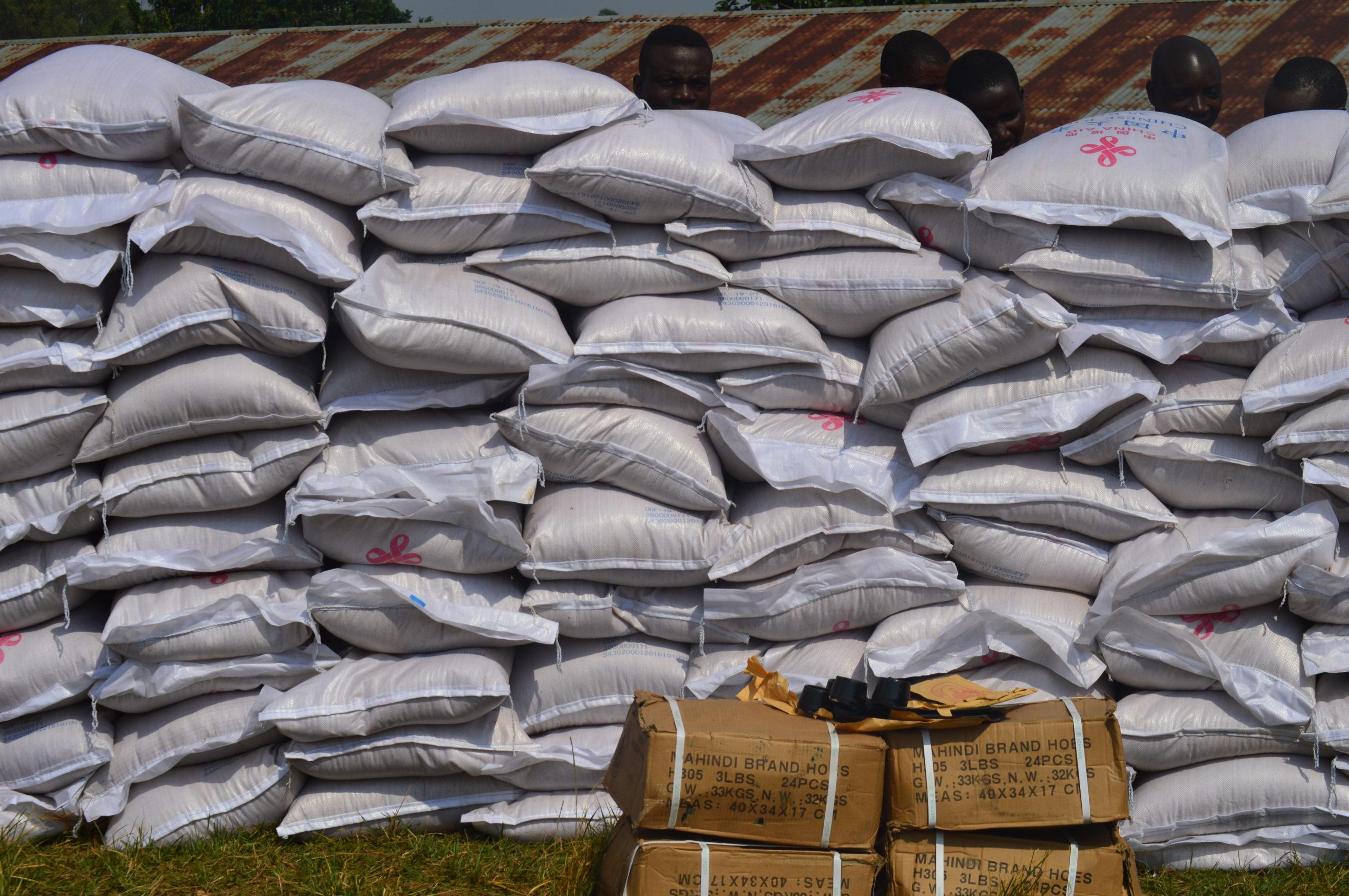 Son Excellence Gaston SINDIMWO au secours des familles vulnérables