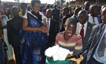 La Première Dame offre des vivres aux vulnérables de Ngozi
