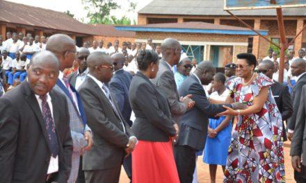 La Première Dame enseigne les bonnes manières aux jeunes lycéennes de Busiga