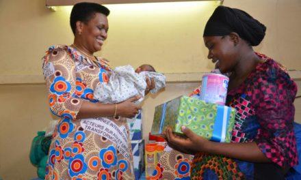 La Première Dame félicite les familles des triplets
