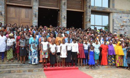 La Première Dame s'entretient avec les jeunes filles de la commune Ntahangwa
