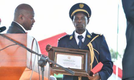 Le Chef de l'Etat décore les personnes à l'occasion du 56ème anniversaire de l'indépendance