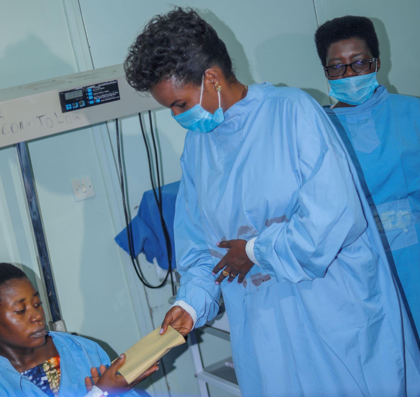 SE Angeline Ndayishimiye apporte de l'aide aux malades à l'hôpital Roi Khaled