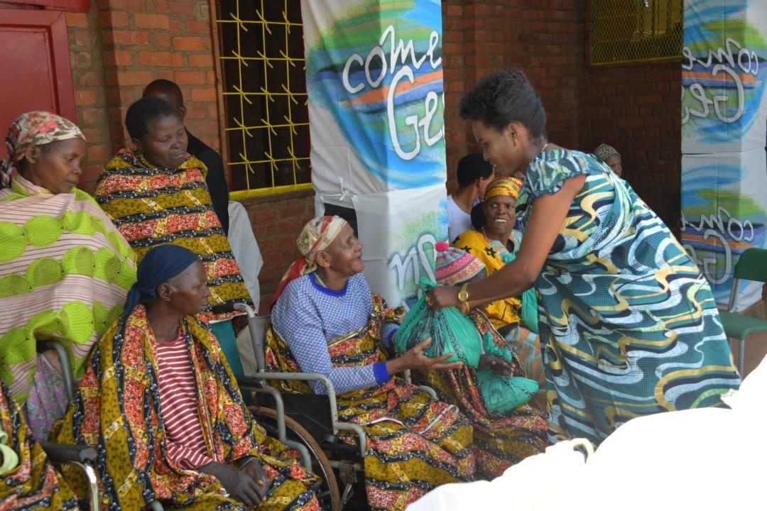 La Première Dame du Burundi vient en aide aux femmes âgées et aux orphelins du centre de Mutoyi
