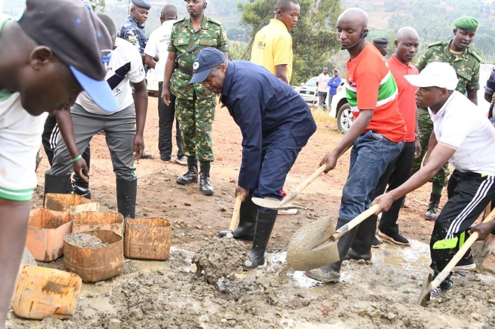 Le Chef de l'Etat s'associe à la population de Musama pour les travaux de développement communautaire