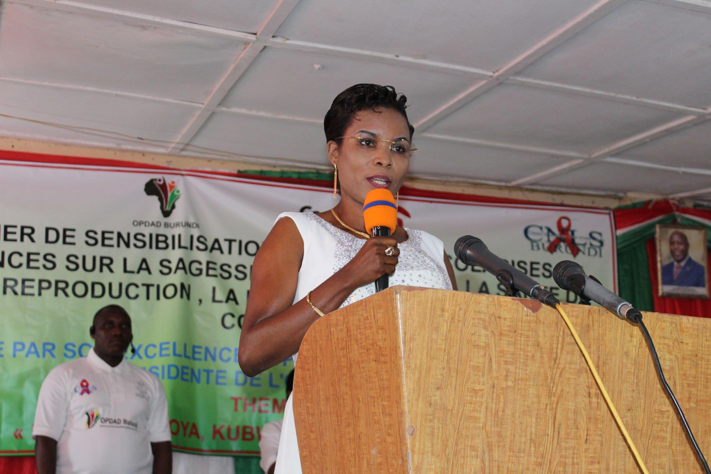 La Première Dame du Burundi clôture la campagne de sensibilisation des jeunes en vacances