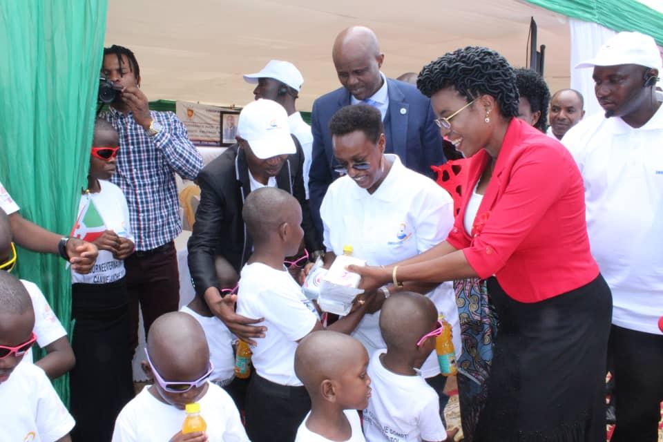 La Première Dame partage la joie de Noël avec les enfants de la fondation UWIRAGIYE