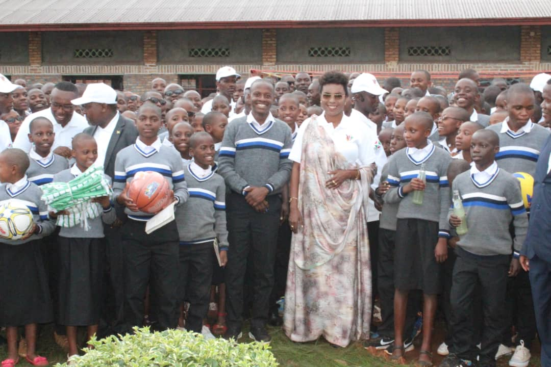 La Première Dame rencontre les élèves du Lycée Saint Augustin de Gitaramuka